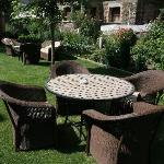 El precioso jardín del hotel con sus mesitas y sillas
