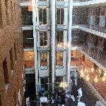 Ausblick auf die Lobby in den Innenhof des Hotels vom Zimmer aus