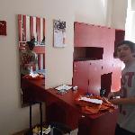 Vista de mesas y armarios