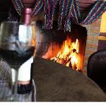 Descansa con el calor de la chimenea y un buen vino