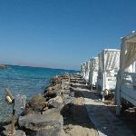 la plage avec lit baldaquin prévuez pour chaque suite
