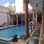 Ein Pool bildet den Innenhof