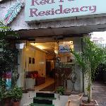 Leicht zu übersehen der Eingang in die Red Palm Residency