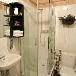 ROOM 2 - PRIVATE BATHROOM