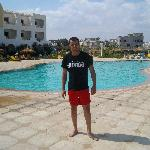moi devant la piscine de l'hotel