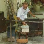artigiano del vetro al lavoro