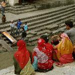 Angehörige beobachten die Zeremonie vom anderen Flussufer aus