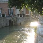 bonito puente con estatuas