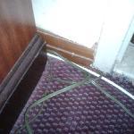 cable qui pendent devant la SDB et tapiserie decollé dan tous les recoins de la chambre