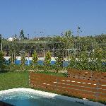 Tennisplatz und Nachbarhof
