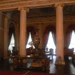 Sala principal, Medhal