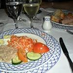 Nuestros platos en el restaurant de mariscos....y el vinito!!!