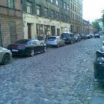 Улица, мощенная булыжниками, на которой стоит отель