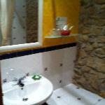 baño con muro de pridra chulisimo