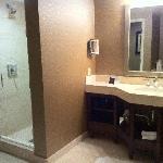 Salle de bain coté gauche, sur le coté droit le Wc et la micro b aignoire, à l'américaine
