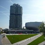 Grattacielo uffici e a destra (sembra un'insalatiera) il museo