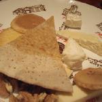 チーズの盛り合わせ・・・クラッカーではなくおせんべいというところがオリジナルでしょうか
