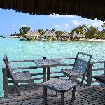 La terrasse avec les chaises en bois...