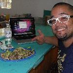 Mi novio Julian comiendo los deliciosos tacos de Rafa =))