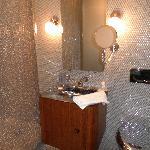 Nice bathroom, no towel bars