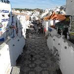 Die Haupt-Einkaufsstraße von Albufeira, die in einem Tunnel zum Strand mündet