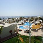 vista dalla terrazza del ristorante su una delle piscine