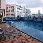 繁華街の中の洗練されたホテル