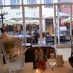 Blick vom Tisch zur Terrasse und Straße