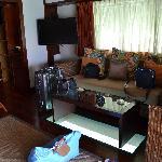 Canapé et table en verre pour voir sous le pilotis