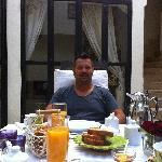 Service, petit déjeune et plats délicieux