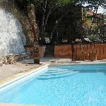 la piscine est située juste au dessus de l'hotel