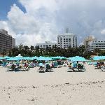 Strand - Liegen und Schirme sind für Gäste gratis