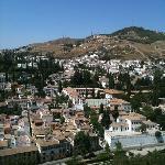 vue de l'Alhambra. A gauche: villas andalouses, à droite village des gitans vivant dans des trog