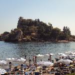 la plage face à l'île Isola Bella