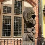 Eingang und Skulptur davor