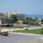 Blick zum Hotel von der Hauptstraße