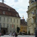 Bei palazzi nella piazza grande, cuore della città