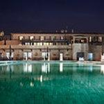la bastide et la piscine extérieure de nuit
