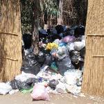 Il deposito rifiuti immediatamente fuori dal villaggio
