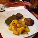 secondo di carne con salsa al basilico e patate arrosto