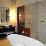 Roomy bath tub
