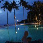 夜のプールからレストラン