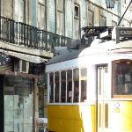 Entrée de la pension et le tram 12E