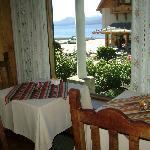 Nuestra mesa del desayuno con vista al lago