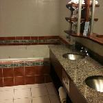salle bain avec bain tourbillon enorme et douche a part