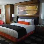 Comfy and funky room, AWESOME king bed!!