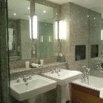 Une salle de bain moderne et agréable