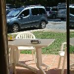 la terrasse avec vue sur la parking