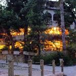 Restaurant (oben) und Hotelbar (unten)