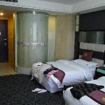 La chambre avec sa salle de bain vitrée